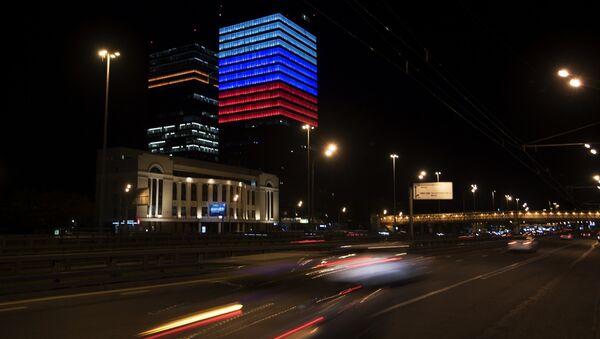 Фасад здания офиса Mail.Ru Group, подсвеченный цветами российского флага в преддверии Дня России