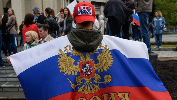 Участник праздничного митинга в честь Дня России