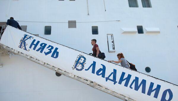 Пассажиры поднимаются на борт круизного лайнера Князь Владимир в порту города Сочи
