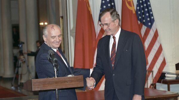 Президент СССР Михаил Горбачева и президент США Джордж Буш-старший после подписания советско-американских документов