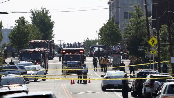 Сотрудники правоохранительных органов на месте нападения на конгрессменов в Александрии, штат Вирджиния. 14 июня 2017