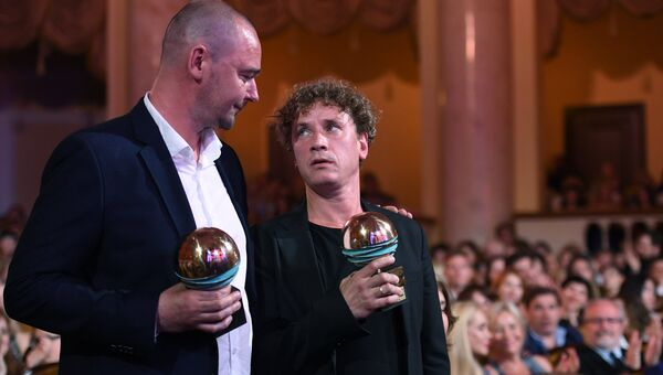 Режиссер Борис Хлебников, получивший главный приз за фильм Аритмия, и актёр Александр Яценко (справа), получивший приз За лучшую мужскую роль за фильм Аритмия, на торжественной церемонии закрытия 28-го Открытого Российского кинофестиваля Кинотавр в Сочи