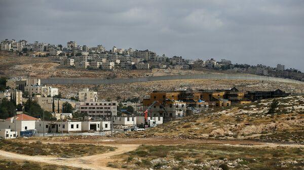 Израильский разделительный барьер между еврейским поселением Неве Яаковна и палестинской территорией