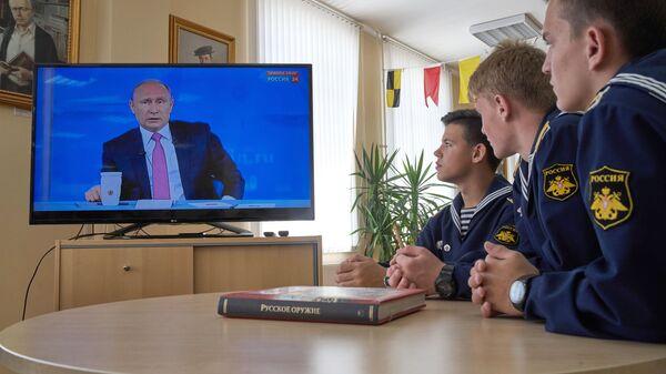 Курсанты Севастопольского президентского кадетского училища смотрят трансляцию прямой линии с Владимиром Путиным. Архивное фото
