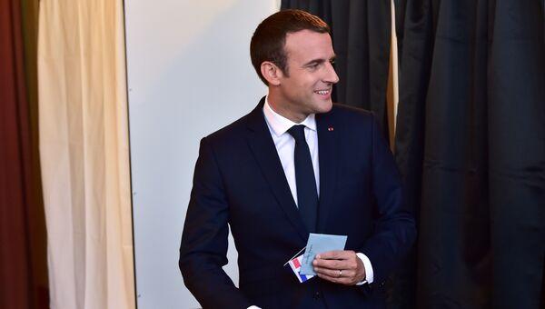 Президент Франции Эммануэль Макрон на избирательном участке на парламентских выборах второго тура во Франции