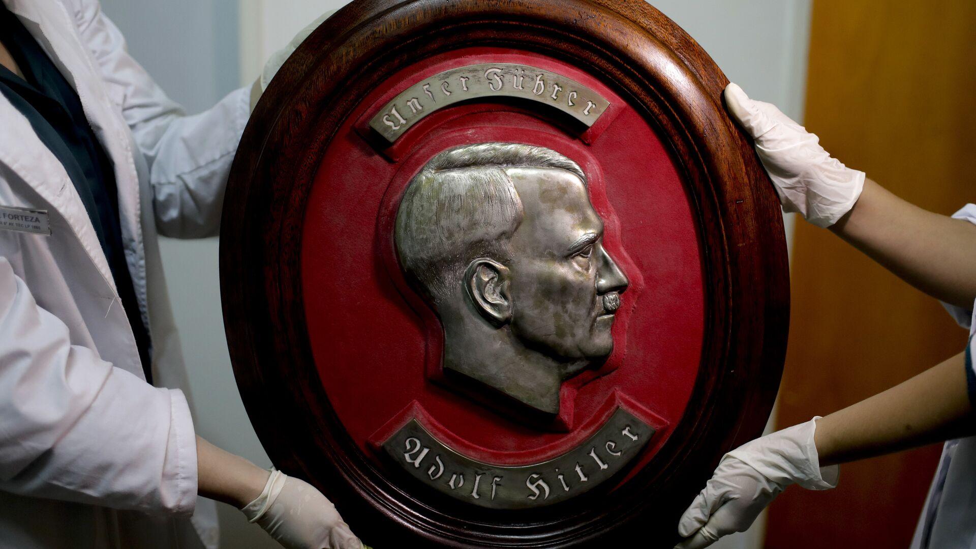 Барельеф с изображениме адольфа Гитлера, обнаруженный федеральной полицией Аргентины на тайном складе нацистких артефактов в доме недалеко от  Буэнос-Айроса - РИА Новости, 1920, 23.10.2020