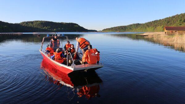 Сотрудники МЧС проводят поисковые работы на Ладожском озере. Архивное фото