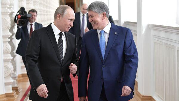 Президент РФ Владимир Путин и президент Киргизии Алмазбек Атамбаев перед переговорами. 20 июня 2017
