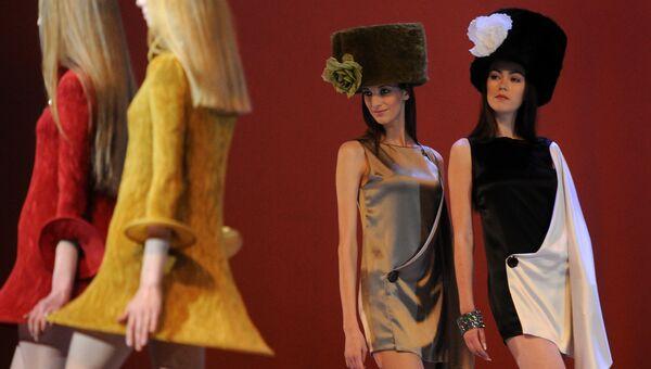 Показ новой коллекции одежды дизайнера Пьера Кардена в Москве. Архивное фото