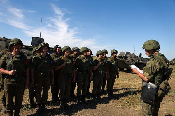 Доведение командиром задания личному составу подразделения перед стартом этапа всеармейского конкурса зенитчиков Чистое небо на полигоне Ейский