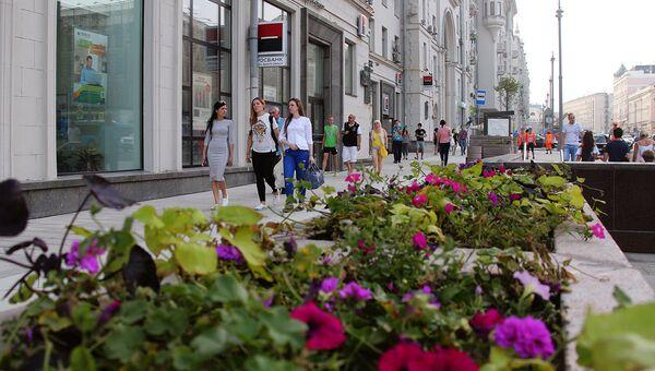 Горожане на Тверской улице в Москве. Архивное фото