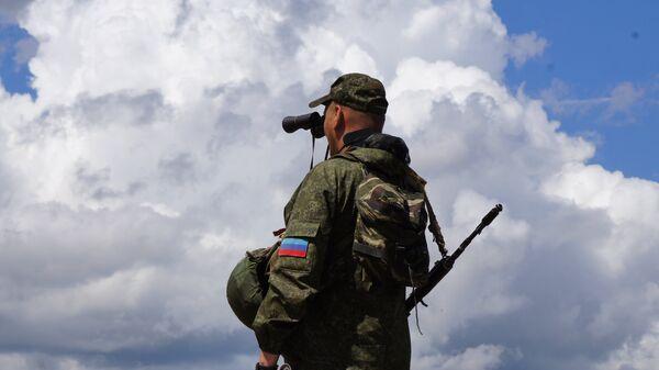 Военнослужащий Народной милиции ЛНР на позициях у линии соприкосновения в Донбассе