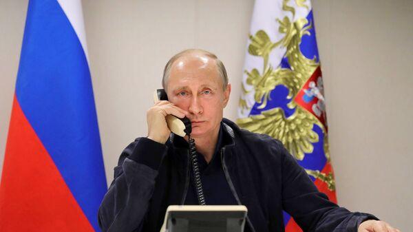 Президент РФ Владимир Путин во время телефонного разговора с президентом Турции Тайипом Эрдоганом на борту судна-трубоукладчика Пиониринг Спирит