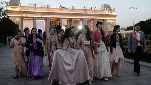 Выпускники в Центральном парке культуры и отдыха имени Горького в Москве