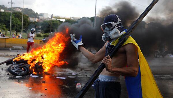 Демонстрант во время акции протеста против президента Венесуэлы Николаса Мадуро в Каракасе. 22 июня 2017