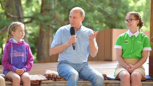 Президент РФ Владимир Путин общается с артековцами 7-й смены Улыбка Саманты во время посещения международного детского центра Артек в Крыму. 24 июня 2017