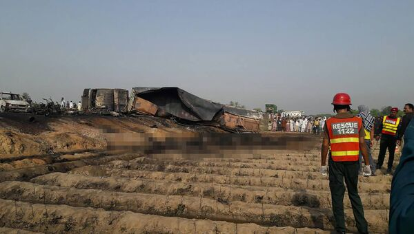 Взрыв бензовоза в провинции Пенджаб в Пакстане. 25 июня 2017