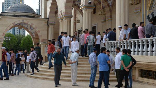 Мусульмане у мечети имени Ахмата Кадырова в Грозном в день праздника Ураза-байрам