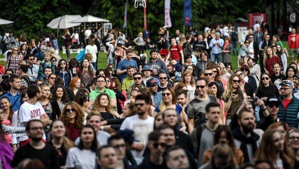 Зрители во время выступления группы Браво на фестивале Bosco Fresh Fest 2017 в московском музее-заповеднике Царицыно