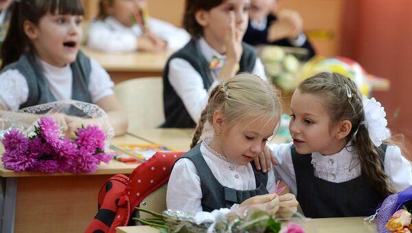 Первоклассники на первом уроке в одной из московских школ. Архивное фото