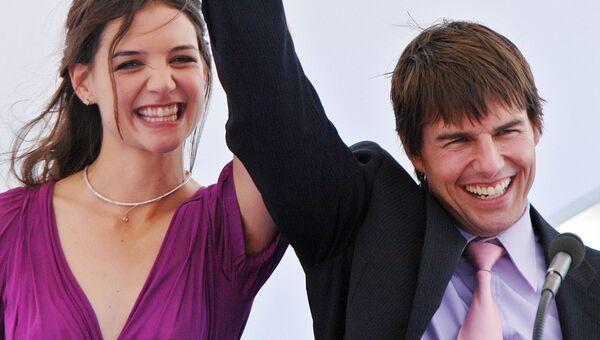 Американский актер Том Круз со своей невестой Кэти Холмс в Старом порту Марселя