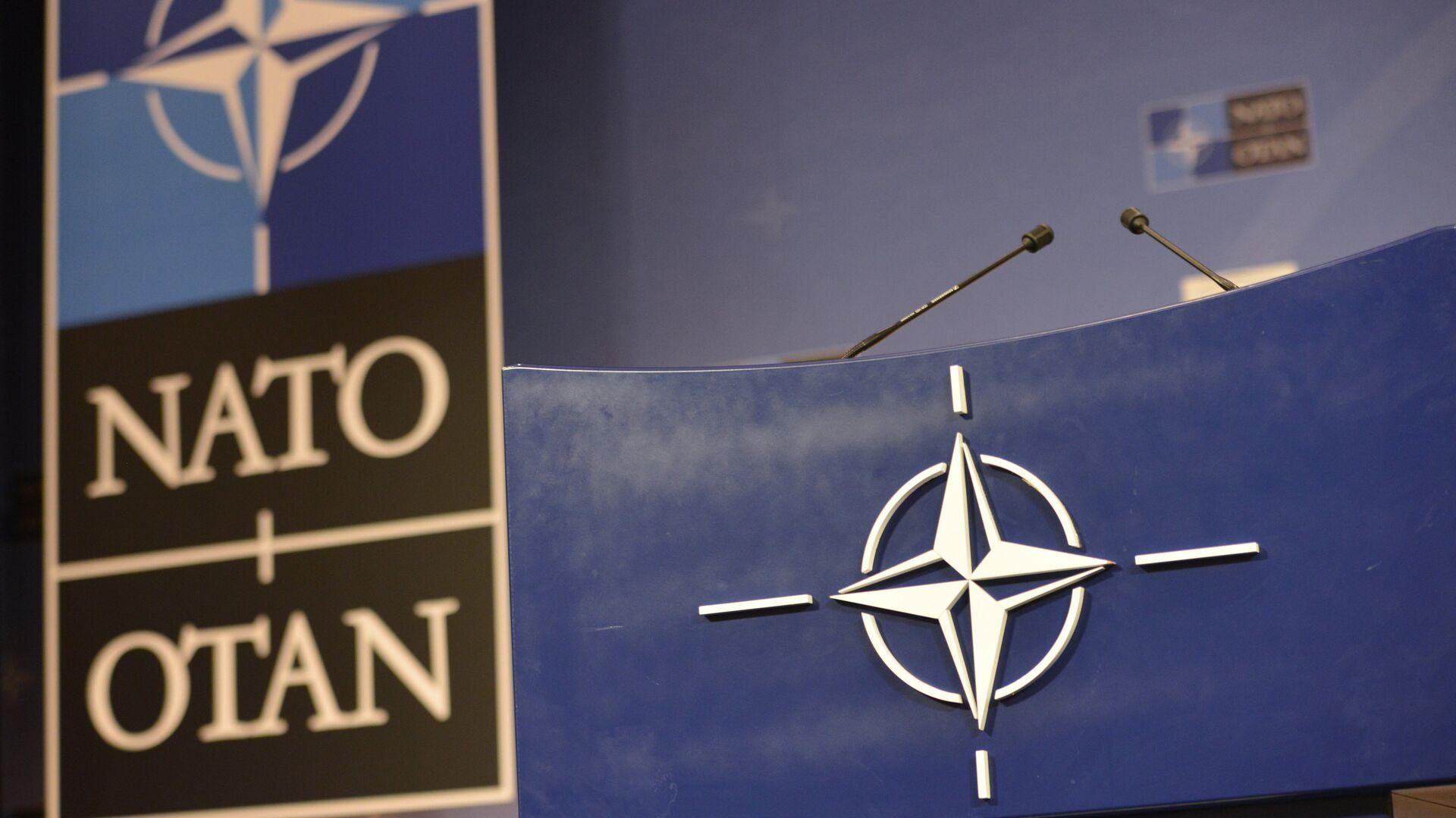 Трибуна в зале для пресс-конференций штаб-квартиры НАТО - РИА Новости, 1920, 02.12.2020