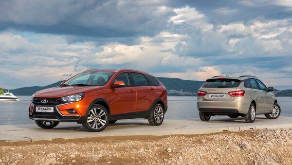 Новые универсалы Lada Vesta SW Cross (на первом плане) и Lada Vesta SW автоконцерна ПАО АВТОВАЗ