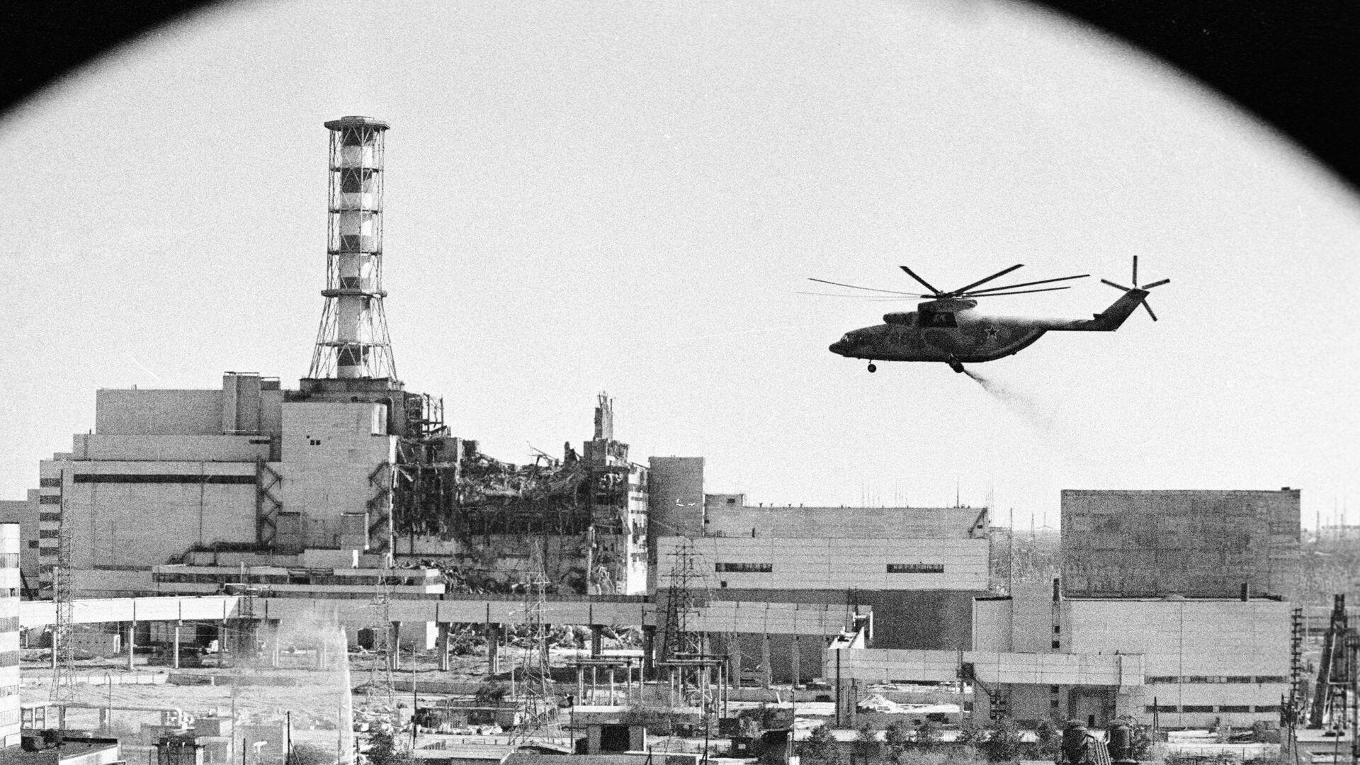 Вертолеты ведут дезактивацию зданий Чернобыльской атомной электростанции после аварии - РИА Новости, 1920, 26.04.2021