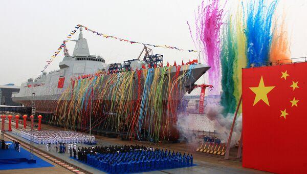Торжественная церемония спуска на воду нового типа эсминца китайского производства на судоверфи компании Jiangnan Shipyard в Шанхае. 28 июня 2017