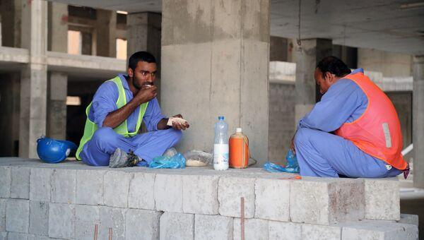 Рабочие-мигранты на строительной площадке. Архивное фото
