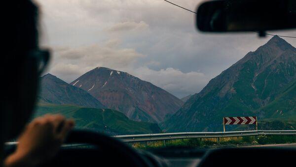 Вид на Гудаури, Пасанаури и каньон Белого Арагви в Грузии из автомобиля