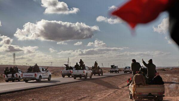 Бойцы ливийской оппозиции едут на передовую. Архивное фото