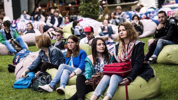 Посетители в саду Эрмитаж в Москве