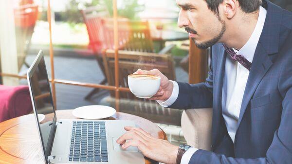 Мужчина читает новости на ноутбуке