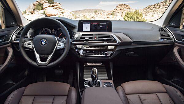 Интерьер автомобиля BMW X3. Архивное фото
