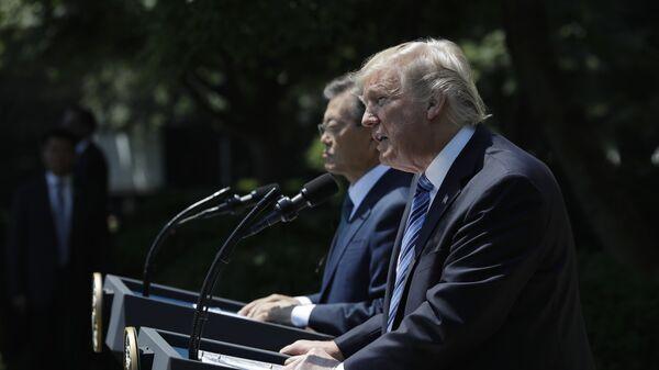 Дональд Трамп во время встречи с президентом Южной Кореи  Мун Чжэ Ином