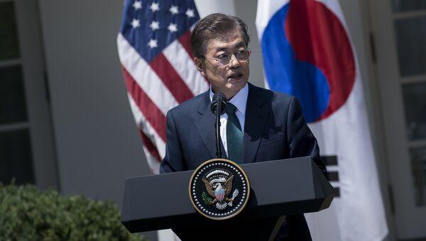 Президент Южной Кореи Мун Чжэ Ин выступает на совместной пресс-конференции с президентом США Дональдом Трампом в Вашингтоне. 30 июня 2017