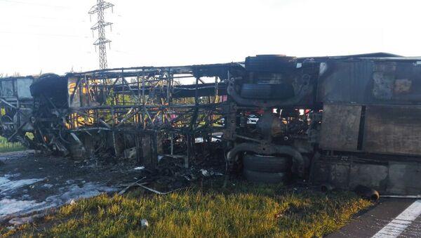 Сгоревший автобус на месте ДТП около города Заинск в Татарстане. 2 июля 2017