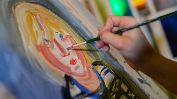 Художник пишет портрет девочки в ходе специального проекта Мастерская в рамках всероссийской акции Ночь искусств в Третьяковской галерее
