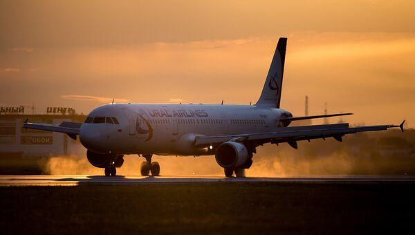 Самолет Airbus A321 авиакомпании Уральские авиалинии. архивное фото
