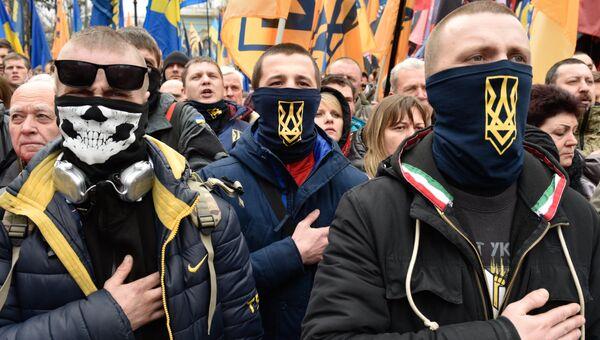 Представители националистических организаций во время митинга в центре Киева