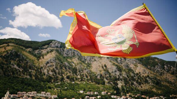 Флаг Черногории на фоне города Котор