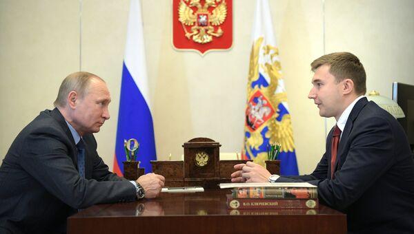 Президент РФ Владимир Путин и российский шахматист, гроссмейстер Сергей Карякин во время встречи. 6 июля 2017