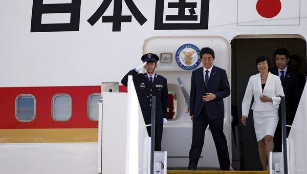 Премьер-министр Японии Синдзо Абэ с супругой после приземления в аэропорту Гамбурга