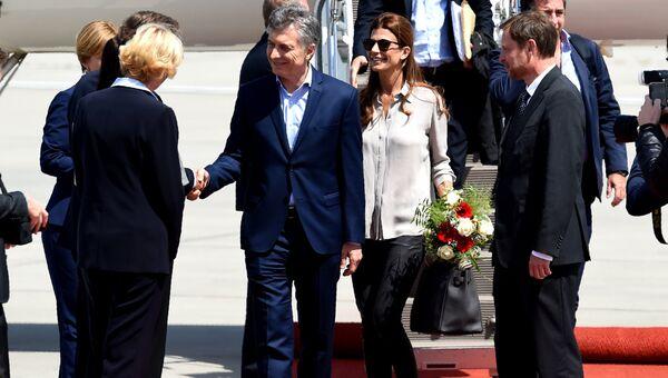 Президент Аргентины Маурисио Макри с супругой в аэропорту Гамбурга