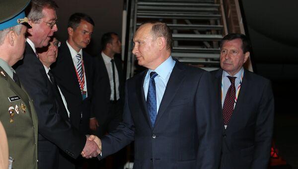 Президент РФ Владимир Путин во время встречи в аэропорту Гамбурга, куда он прибыл для участия в саммите лидеров государств Группы двадцати G20