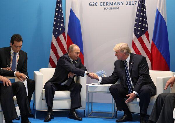 Президент РФ Владимир Путин и президент США Дональд Трамп во время встречи на полях саммита лидеров Группы двадцати G20 в Гамбурге. 7 июля 2017