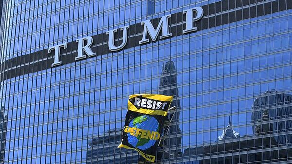 Плакат Greenpeace на небоскребе Дональда Трампа в Чикаго, США