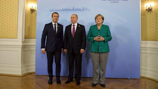 Владимир Путин, канцлер Германии Ангела Меркель и президент Франции Эммануэль Макрон перед началом совместного завтрака на полях саммита лидеров Группы двадцати G20 в Гамбурге. 8 июля 2017