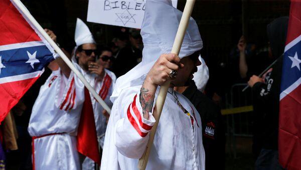 Члены Ку-клукс-клан во время акции протеста в Шарлоттсвилле штат Вирджиния США. 8 июля 2017